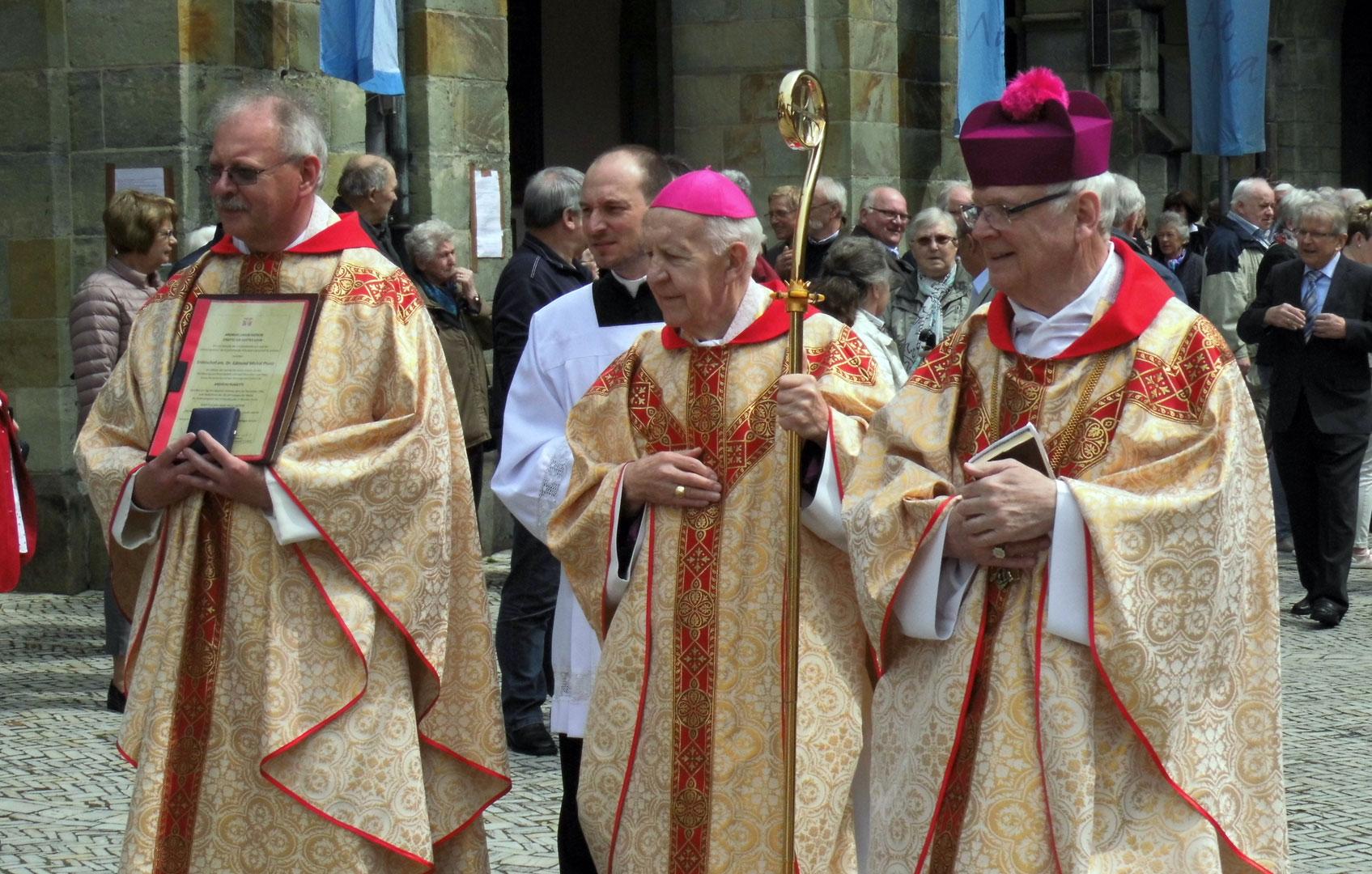 emeritierten Erzbischof von Ermland, Edmund Piszcz (mitte) und der letzte Visitator des Ermlands Msgr. Dr. Lothar Hans Peter Schlegel (rechts)