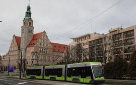 Neuen Straßenbahn in Allenstein vor dem hsitorischen Neuen Rathaus