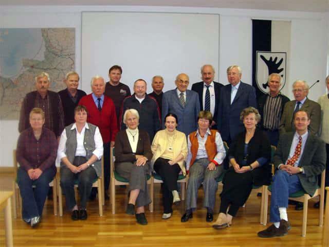 Ruth Geede (vorne in der Mitte sitzend) im Kreise der Ostpreußischen Schriftleiter im Herbst 2009 in Bad Pyrmont
