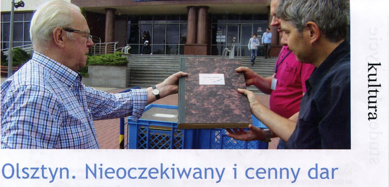 Unser Ehrenvorsitzende Herbert Monkowski überbrachte mehrere gebundene Jahresausgaben des Ostpreußenblattes an die Universität Ermland und Masuren in Allenstein